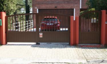 Puerta batiente en m laga de garaje para su casa - Puertas de garaje malaga ...